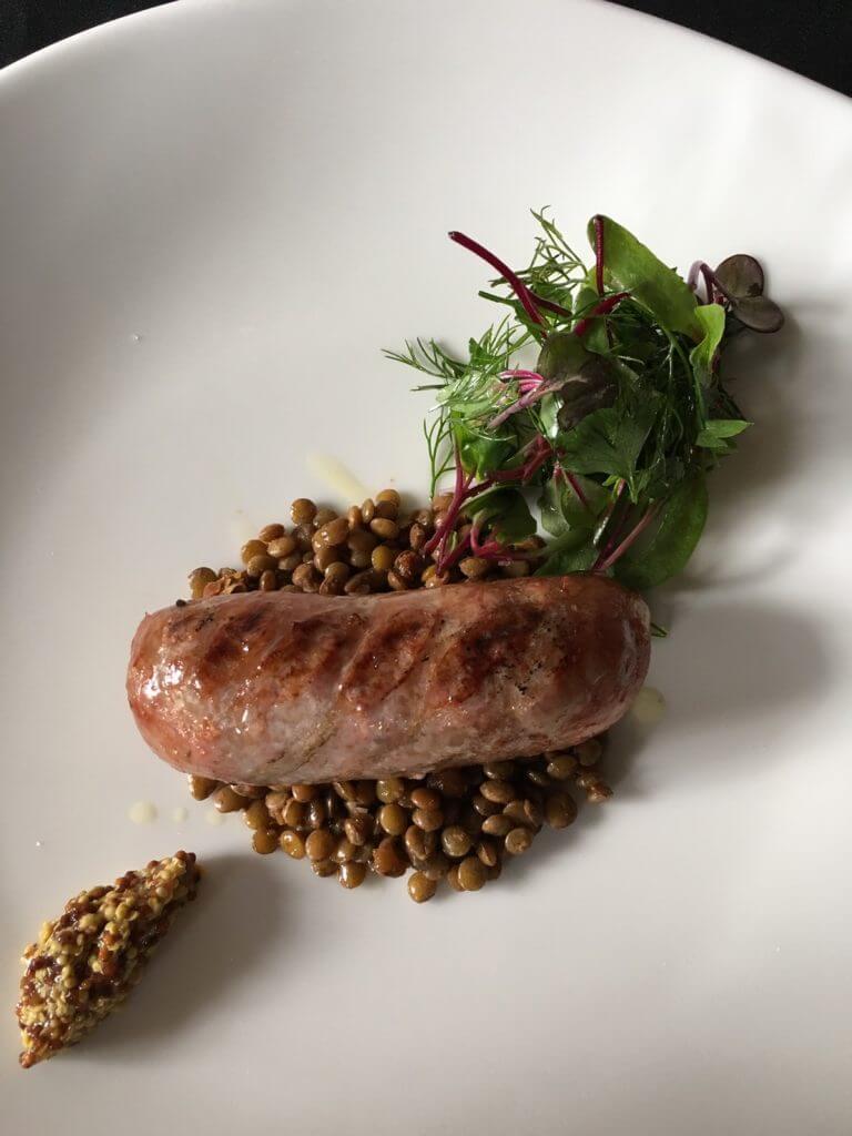 サルシッチャとレンズ豆の煮込み ハーブのサラダを添えて